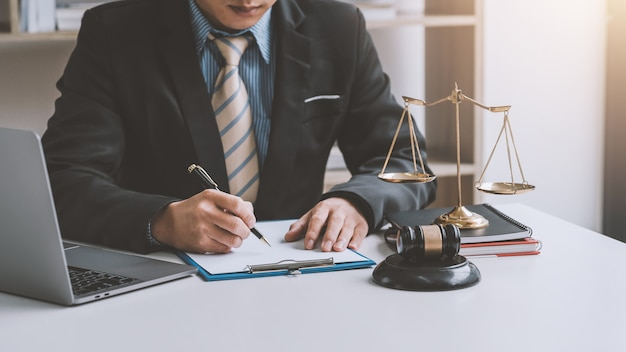 Nahaufnahme der geschäftsmann- und anwaltshand, die stift hält, um notizen im büro zu machen.