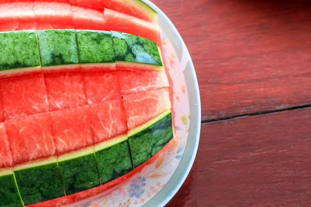 Nahaufnahme der geschälten wassermelone bereit zu essen