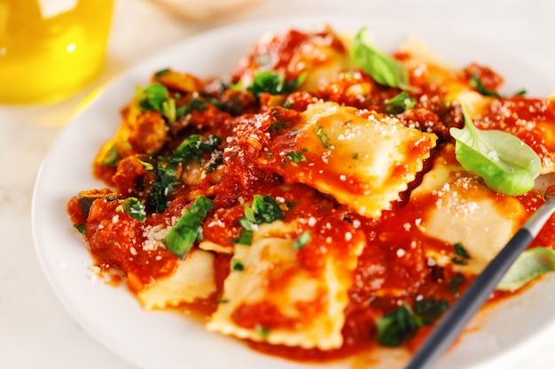 Nahaufnahme der geschmackvollen italienischen ravioli