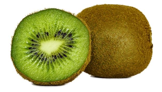 Nahaufnahme der geschnittenen kiwi unter den lichtern