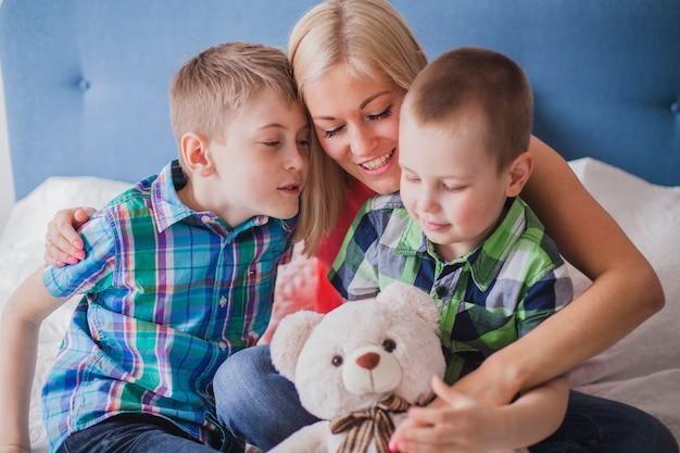 Nahaufnahme der glücklichen frau mit ihren kindern und ein teddybär