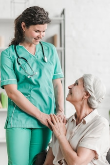 Nahaufnahme der glücklichen weiblichen krankenschwester mit ihrem patienten