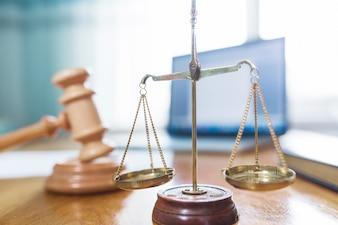 Nahaufnahme der goldenen Gerechtigkeitsskala im Gerichtssaal