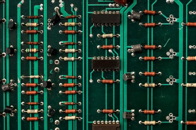 Nahaufnahme der grünen elektronischen leiterplatte.