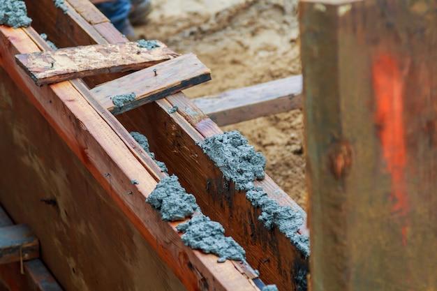 Nahaufnahme der grundausgrabung mit frischem gegossenem beton
