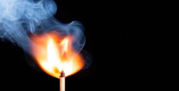 Nahaufnahme der gruppe von streichhölzern brennen