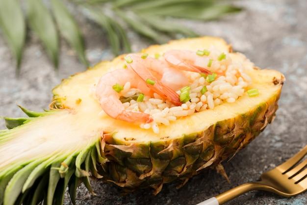 Nahaufnahme der hälfte der ananas mit garnelen