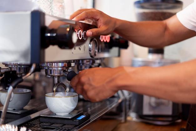 Nahaufnahme der hände bei der zubereitung von kaffee