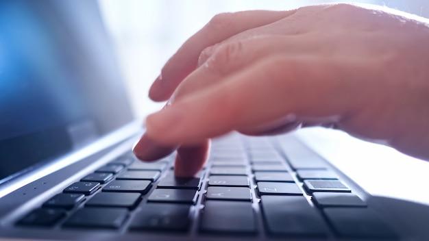 Nahaufnahme der hände der frau, die auf laptop schreibt.