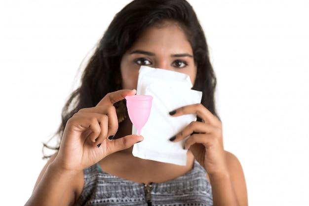 Nahaufnahme der hände der jungen frau, die menstruationstasse halten, gynäkologie-konzept, zeige daumen hoch, die die verwendung der menstruationstasse genehmigen