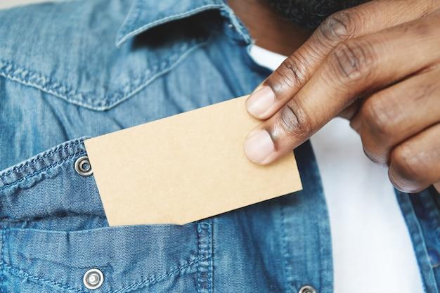 Nahaufnahme der hände des afrikanischen mannes, die visitenkarte halten