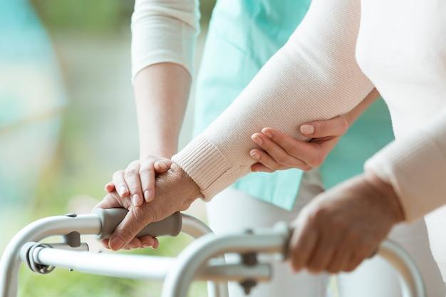 Nahaufnahme der hände des patienten auf metallgeher