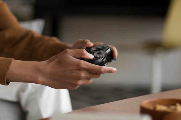 Nahaufnahme der hände, die den controller halten holding