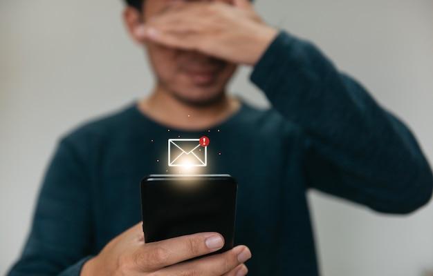Nahaufnahme der hände, die den smartphone-mann mit dem telefon für marketing und suche nach daten im internet halten