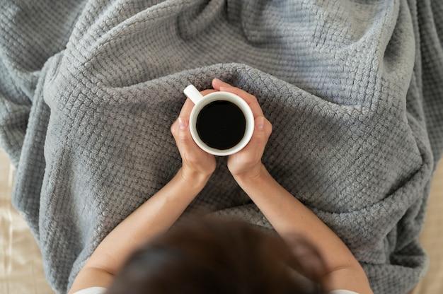 Nahaufnahme der hände, die kaffeetasse halten