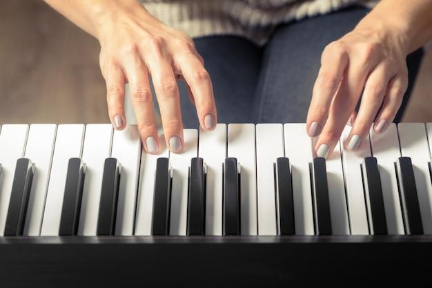 Nahaufnahme der hände, die klavier spielen. musik- und hobbykonzept
