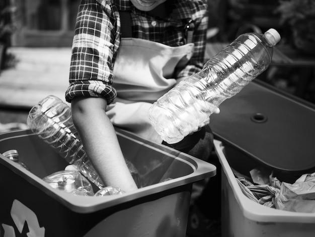Nahaufnahme der hände, die plastikflaschen trennen