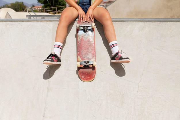 Nahaufnahme der hände, die skateboard halten
