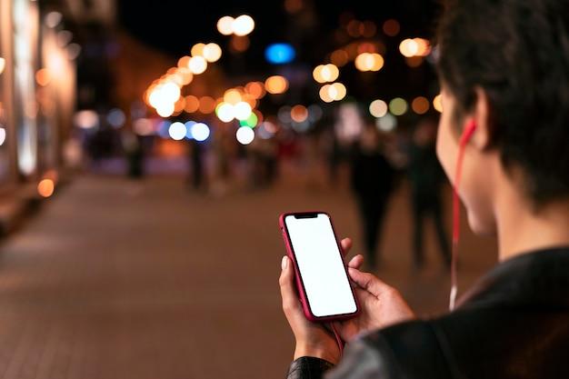 Nahaufnahme der hände, die smartphone halten