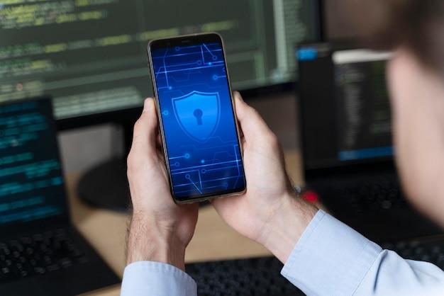 Nahaufnahme der hände, die smartphone mit schloss halten