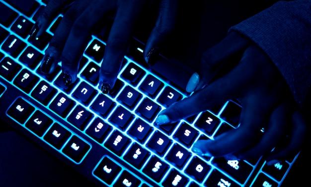 Nahaufnahme der hände mit einer tastatur