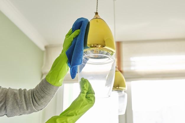 Nahaufnahme der hände mit lappenwaschmittel, reinigungs- und polierlampe