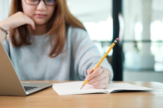 Nahaufnahme der hände mit stiftschreiben auf notebook. bildungskonzept.