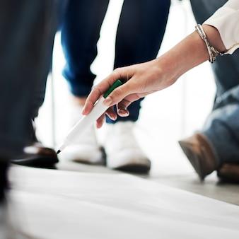 Nahaufnahme der hand brainstroming werkstatt des markierungsstiftes halten