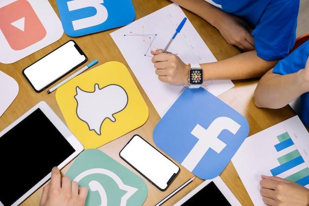 Nahaufnahme der hand das instagram anwendungsdiagramm analysierend