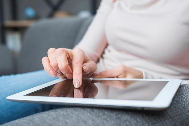 Nahaufnahme der hand der frau, die den modernen digitalen schirm mit dem finger berührt