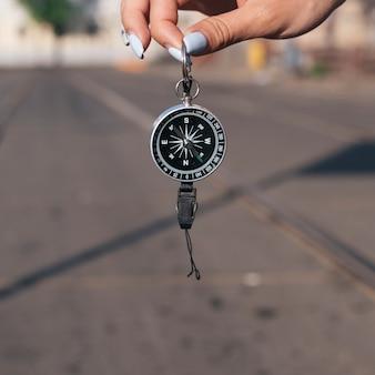 Nahaufnahme der hand der frau navigationskompaß halten