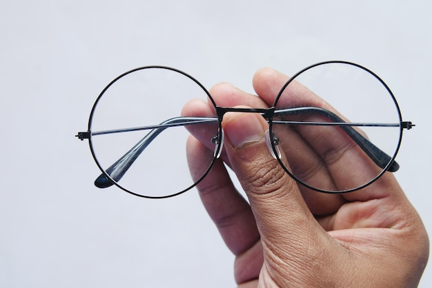 Nahaufnahme der hand des mannes, die alte brille hält