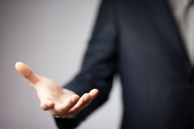 Nahaufnahme der hand des mannes, die etwas zeigt