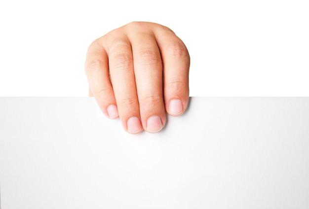 Nahaufnahme der hand des mannes, die leere werbekarte auf weiß hält