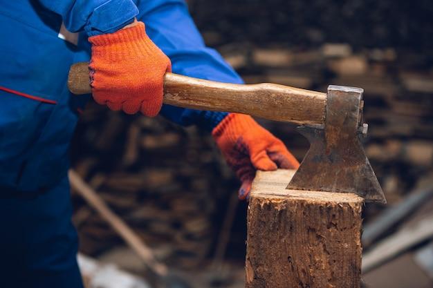 Nahaufnahme der hand des reparaturmanns, des professionellen baumeisters, der drinnen arbeitet und repariert