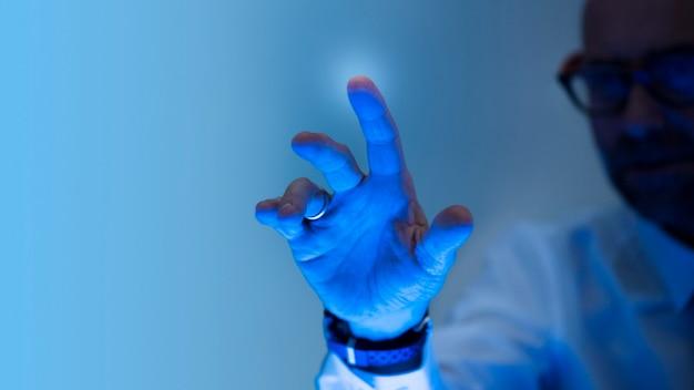 Nahaufnahme der hand, die auf einen bildschirm drückt