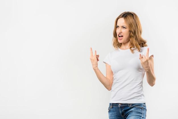 Nahaufnahme der hand ein zeichen von den hörnern machend lokalisiert auf weißem hintergrund