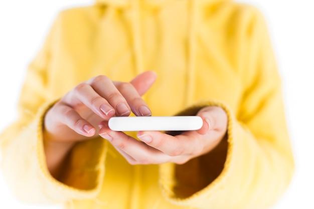 Nahaufnahme der hand einer frau unter verwendung des smartphone