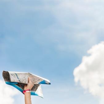 Nahaufnahme der hand karte gegen blauen himmel halten