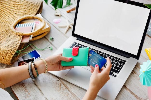 Nahaufnahme der hand kreditkarte halten, um eine online-zahlung zu leisten