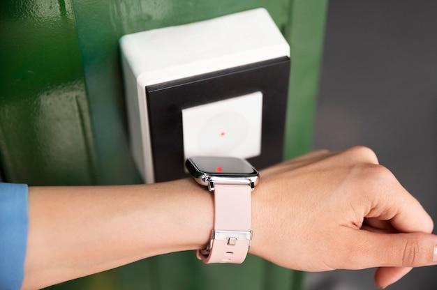 Nahaufnahme der hand mit smartwatch zur sicherheit