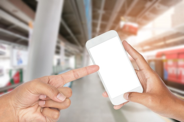 Nahaufnahme der hand modernes intelligentes telefon mit dem transport städtisch halten