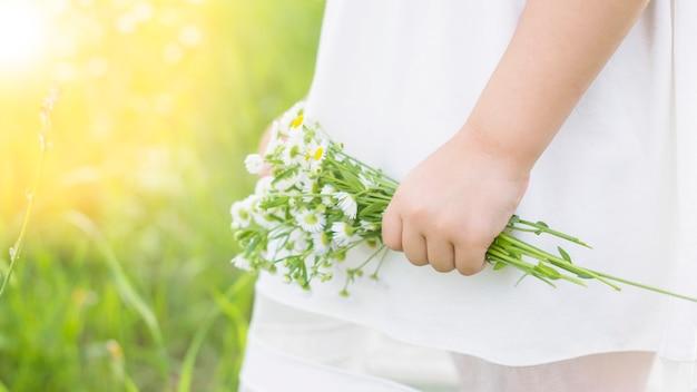 Nahaufnahme der hand weiße blumen in der hand halten