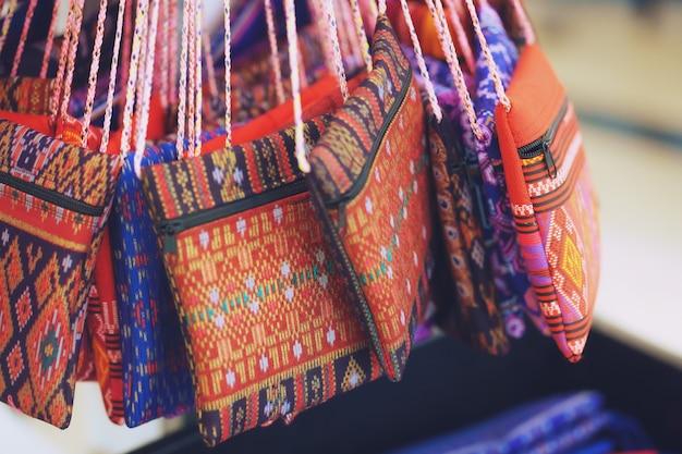 Nahaufnahme der handgestickten tasche mit traditionellem muster