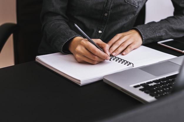Nahaufnahme der handschrift der frau auf papier