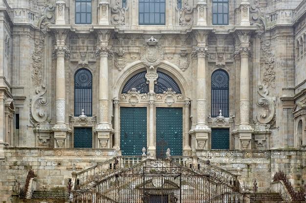 Nahaufnahme der haupttür der kathedrale von santiago de compostela.