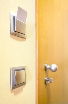 Nahaufnahme der hotelzimmertür und der elektronischen karte der lichter in der wand