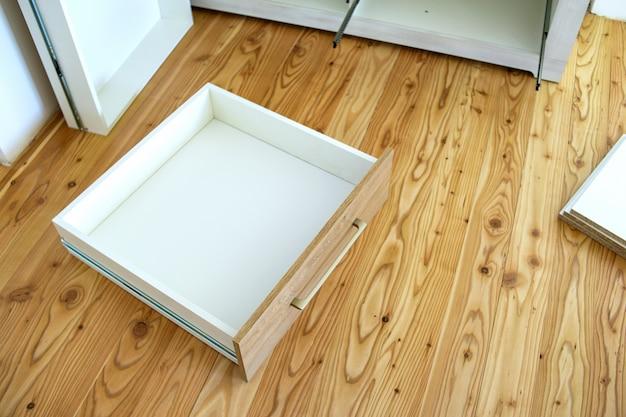 Nahaufnahme der installation einer holzschublade in einem modernen schrank.