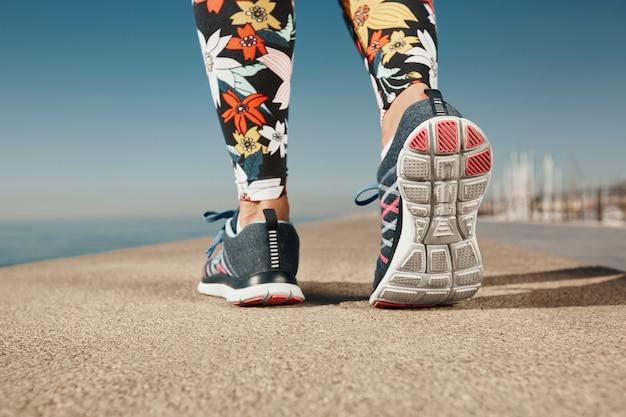 Nahaufnahme der joggerfrau nahe dem meer