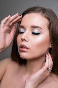 Nahaufnahme der jungen frau des mode-modells im trendigen make-up
